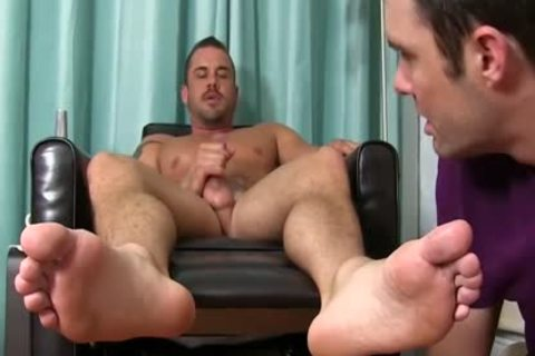 Darin acquires His Feet Worshipped By Cameron